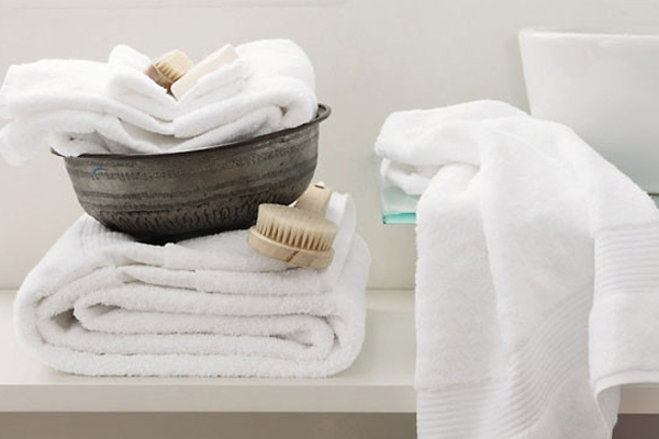 Baño con toallas limpias - Bathroom with white towels - Bany amb tovalloles blanques